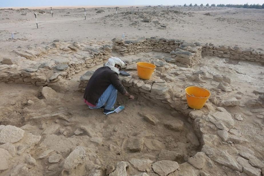 Abdulla Al Kaabi, que descubrió los restos humanos, en el trabajo in situ con la Marawah.