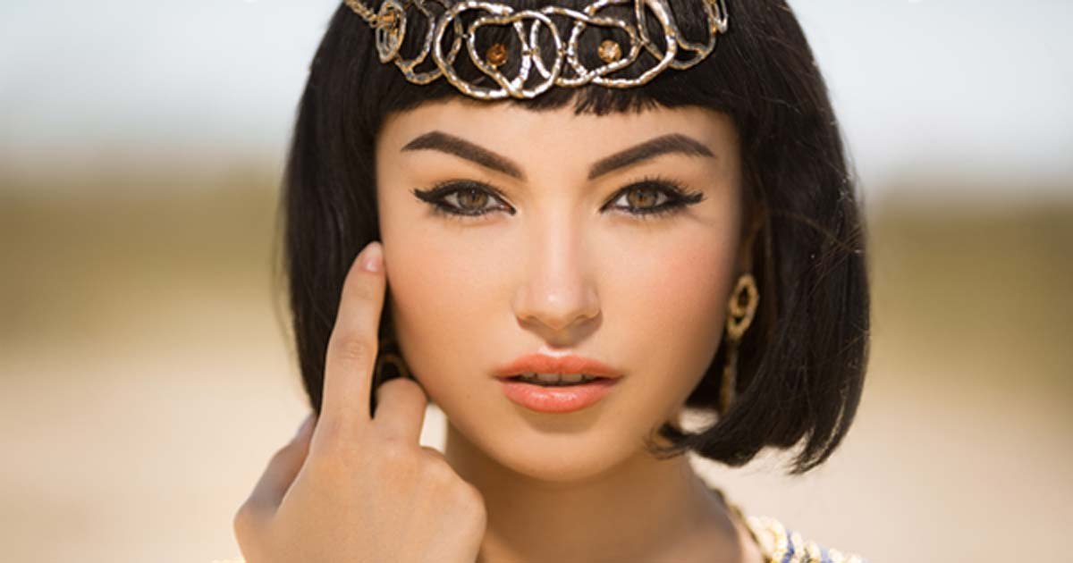 Beautiful woman with fashion make-up and hairstyle like Egyptian queen Cleopatra (EmotionPhoto / Adobe Stock)