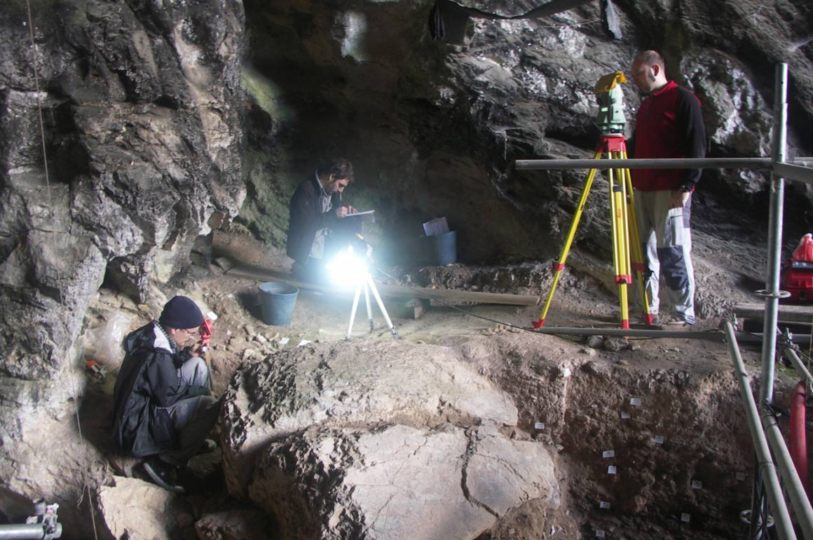 Archeologists, risking their lives, are trying to unravel the mystery of the cave city in Nepal