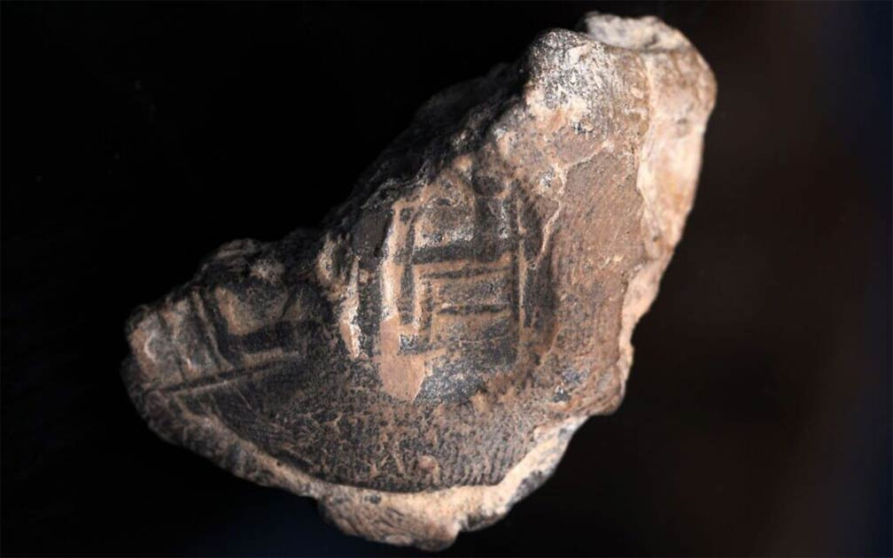 Stamp seal found in the excavation of a parking lot in Jerusalem depicts a person believed to be a king sitting on a chair, with columns which probably represent the Babylonian gods Nabu and Marduk. The finds may provide clues as to the resettlement of the city by the Jews after the Babylonian Exile. Source: (Shai Halevy / Israel Antiquities Authority)