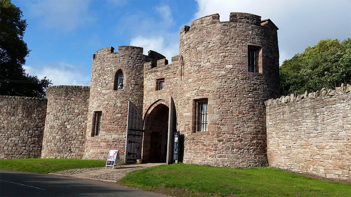 Beeston Castle entrance       Source: Dunja / Adobe Stock