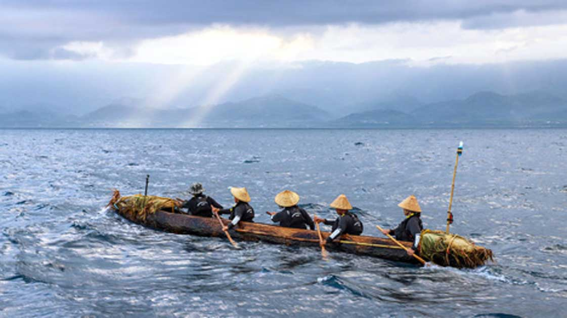 The team of five paddlers crossed 200 kilometers of open ocean and the Black Stream in a primitive log boat. Source: National Museum of Nature and Science/Tokyo
