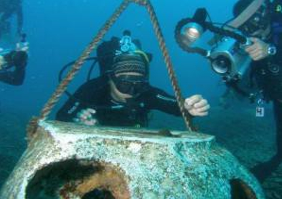 Divers with one of the Nanhai No. I's artifacts.