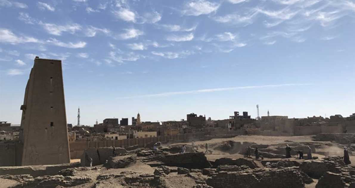 The excavation site at Tell Edfu (with the temple of Horus and the modern town of Edfu in the background).