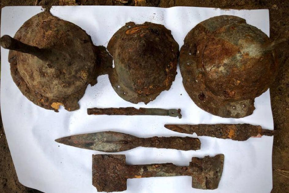 Spearheads, helmets and other items found at the Germanic warriors burial site.       Source: Tempelburg Historical and Cultural Association and Kostrzyn Fortress Museum