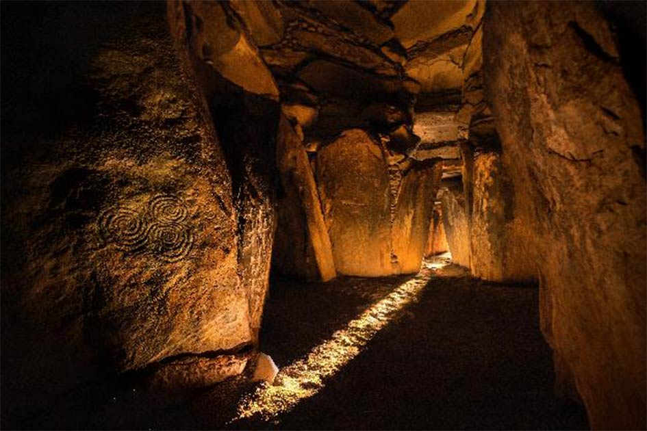 Inside the majestic chamber of Newgrange, one of the most iconic Irish megalith sites. Source: Cassidy et al./Ken Williams, shadowsandstone.com