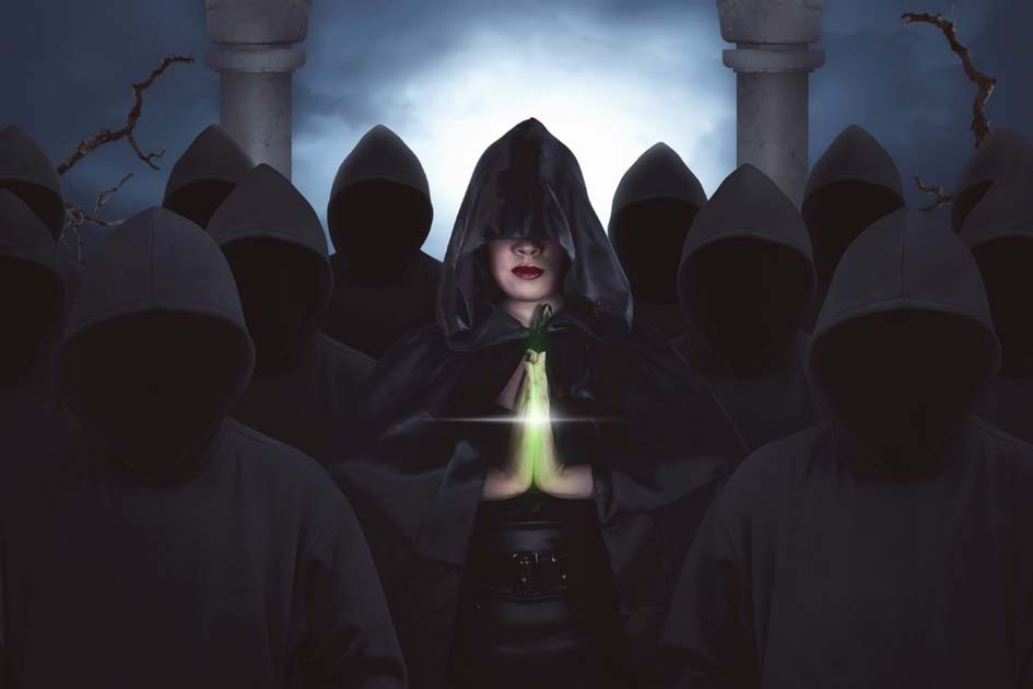 A cloaked witch (Leo Lintang / Fotolia)