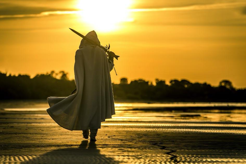 Representation of a medieval knight walking along a beach. Credit: bint87 / Adobe Stock