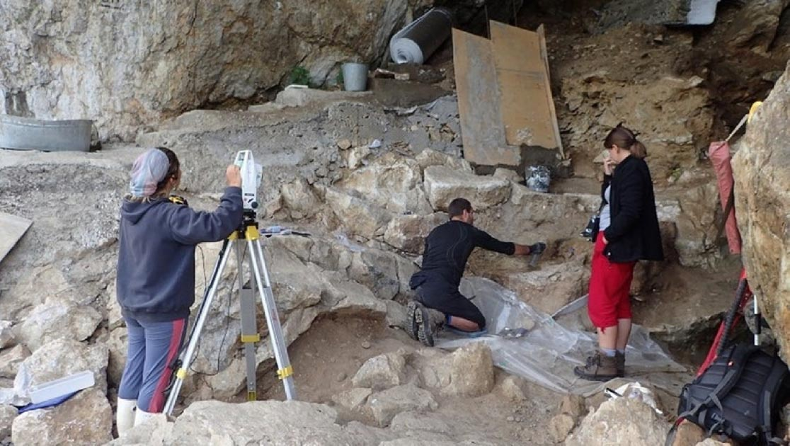 Excavation of archaeological deposits in Chagyrskaya Cave indicate long distance  nomadic Neanderthals traveled from Europe.