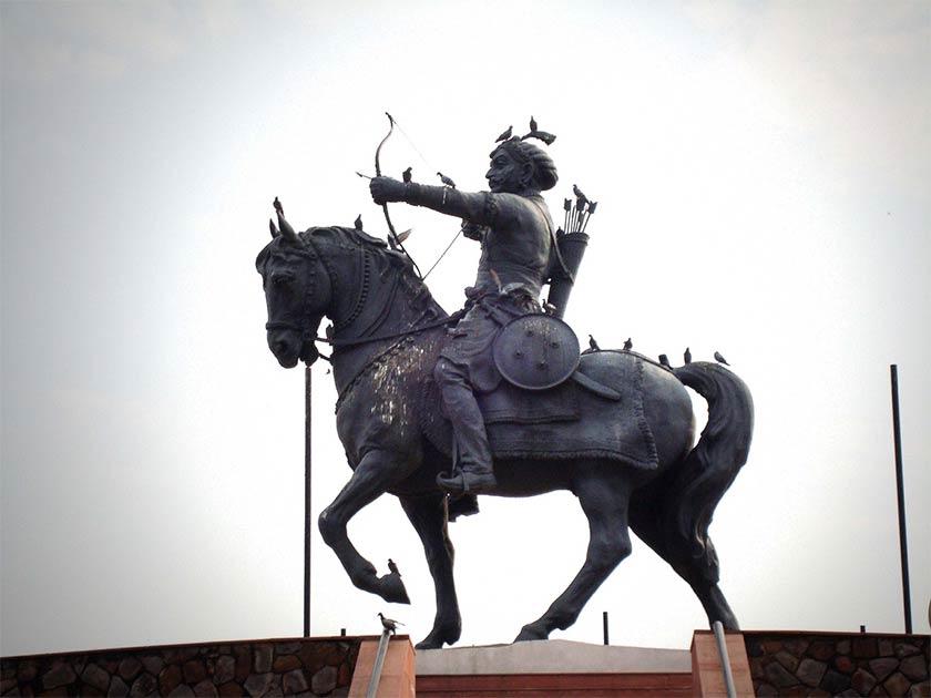 A statue of Prithviraja III at Qila Rai Pithora in Delhi   Source: CC BY SA 3.0