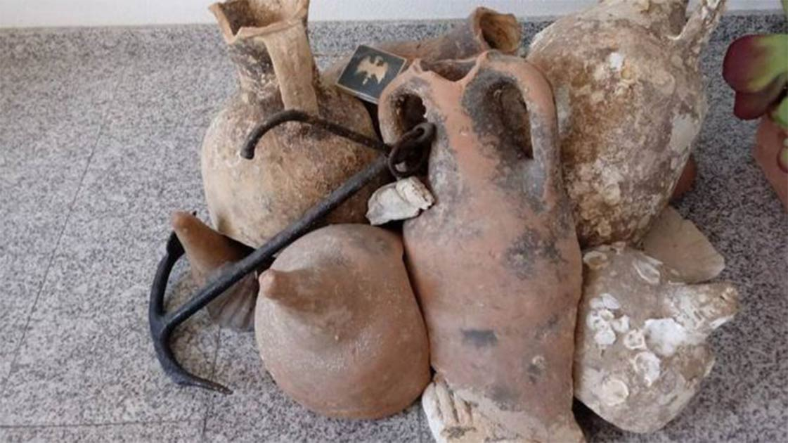 Roman shipwreck artifacts found in the Spanish fish shop.     Source: Civil Guard