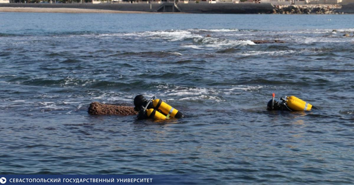 Marine archaeologists diving at the site of the Roman sea fortress.    Source: Sevastopol State University