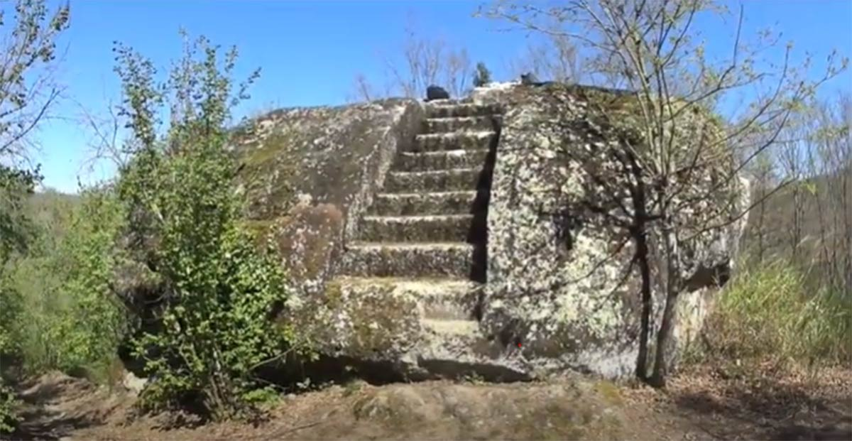 Steps leading to an Etruscan rock altar. (Mundo Analogico / YouTube Screenshot)