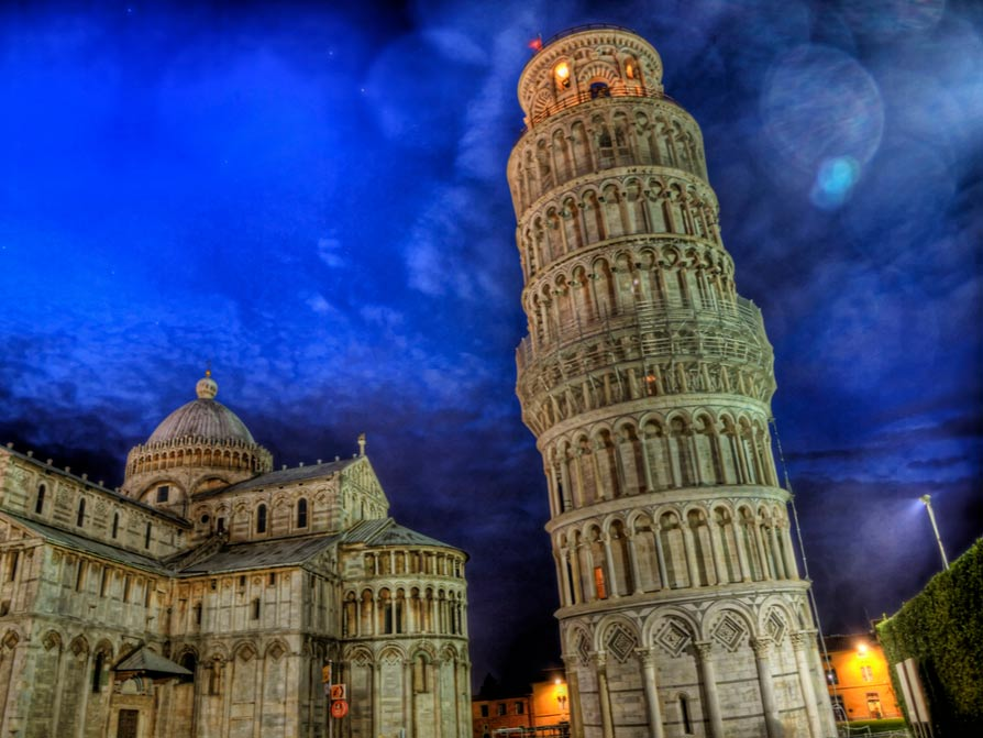 The Leaning Tower of Pisa at night.