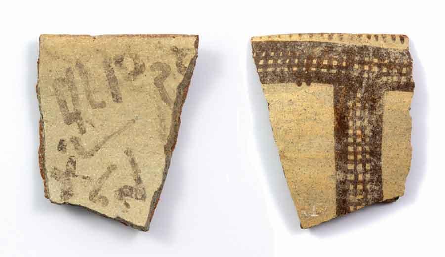 Черепок керамической чаши, найденный в центре Израиля, на котором была обнаружена, вероятно, старейшая из когда-либо найденных форм алфавитного письма. Источник: Antiquity Publications Ltd.