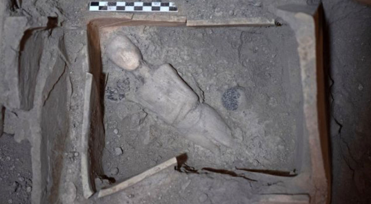Marble protocycladic female figurine, placed diagonally at the bottom of the shrine covered by an ancient volcanic eruption.