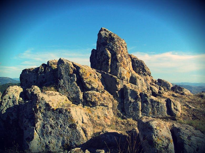 El sitio arqueo-astronómico hermoso y sorprendente, Kokino Observatorio, o la Piedra Tatic.