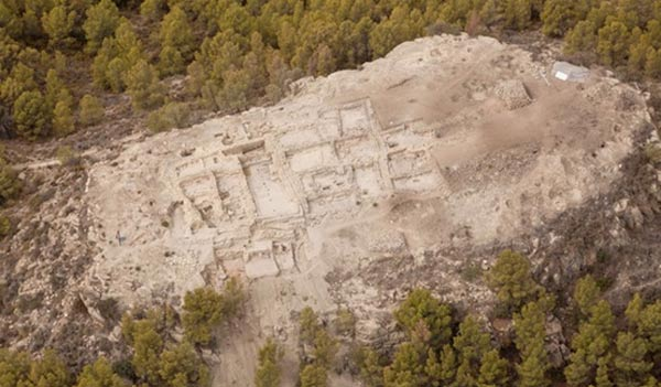 Archaeologists discover Bronze Age palace and huge trove of grave