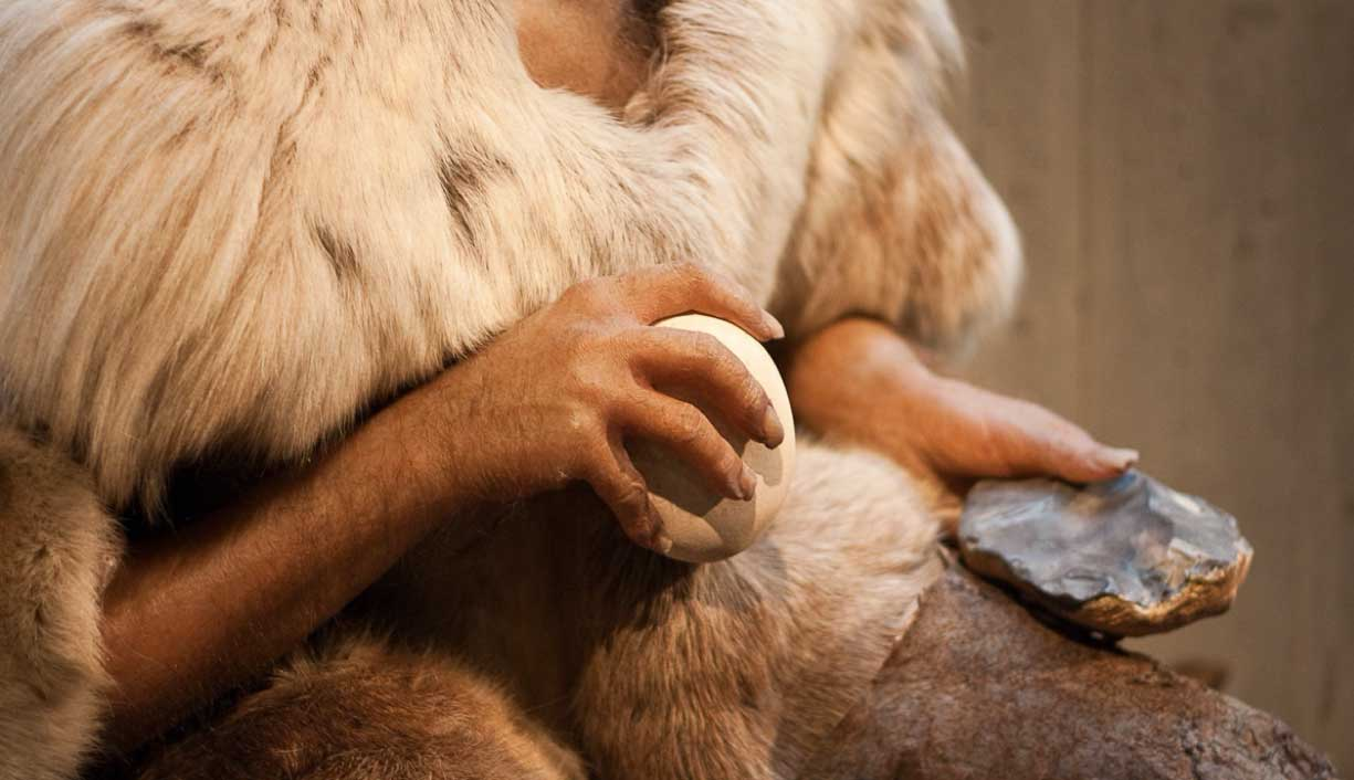 Neanderthal making stone tools and weapons. Source: Farruska / CC BY-SA 2.0.