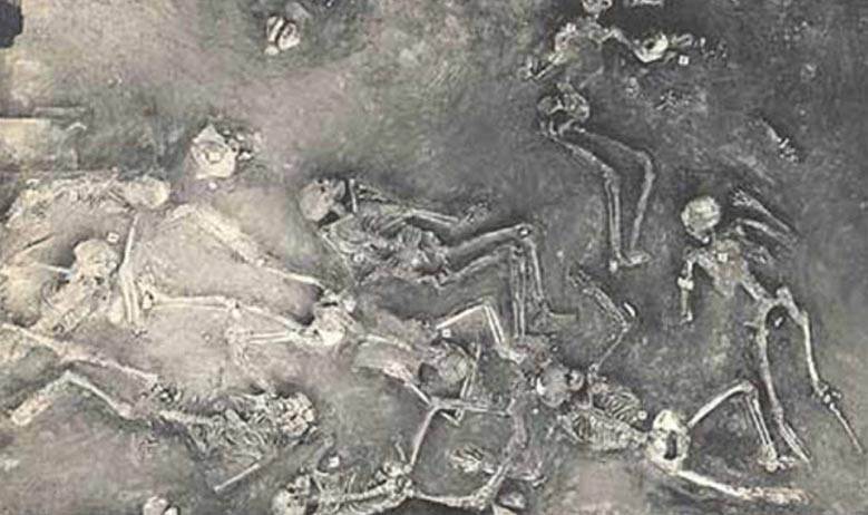 Painting of the many skeletons found at Mohenjo Daro (Pakistan), an exceptional ancient metropolis reduced to ruins for reasons unknown.