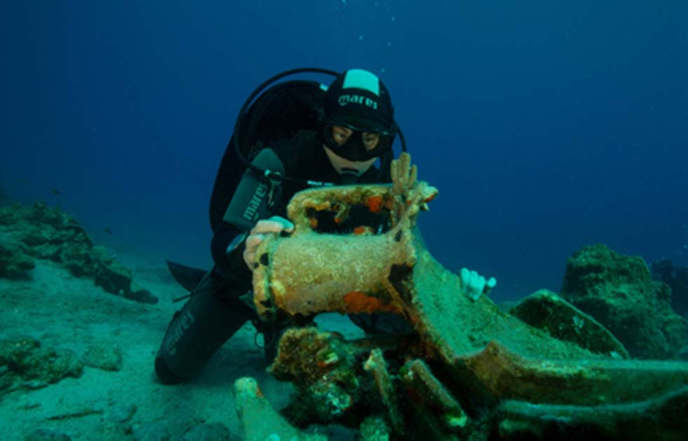 Large pillar anchor and amphora found on sea bottom off Levitha island in shipwreck. Source: Hellenic Ministry of Culture and Sports.