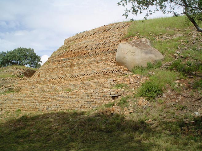 The walls of Khami, Zimbabwe (Wikimedia Commons)