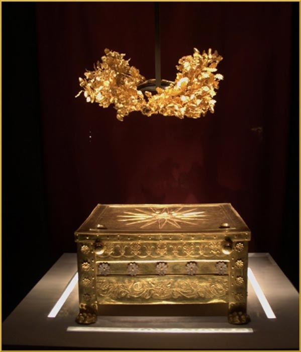 The gold ossuary chest or 'larnax' holding the male bones in the main chamber of Tomb II, with the Vergina 'Sun' or 'Star' emblem of the royal clan on its lid. (DocWoKav/CC BY-SA 4.0)