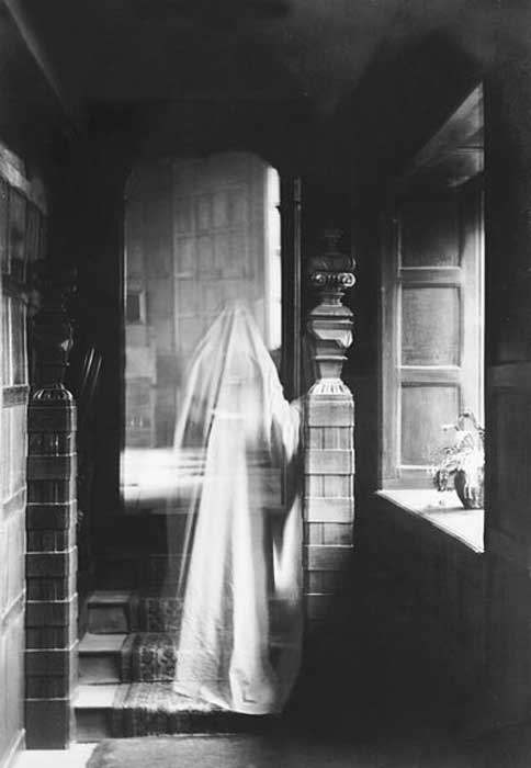 1899 image of ghost, produced by double exposure.