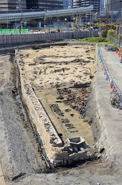 Northern view of entire Umedahaka burial grounds which form an upside-down L shape. (Osaka City Cultural Properties Association / Osaka City)
