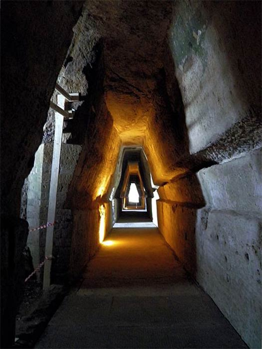 Entrance to the Cave of the Sibyl, Cuma. (CC BY-SA 2.0)