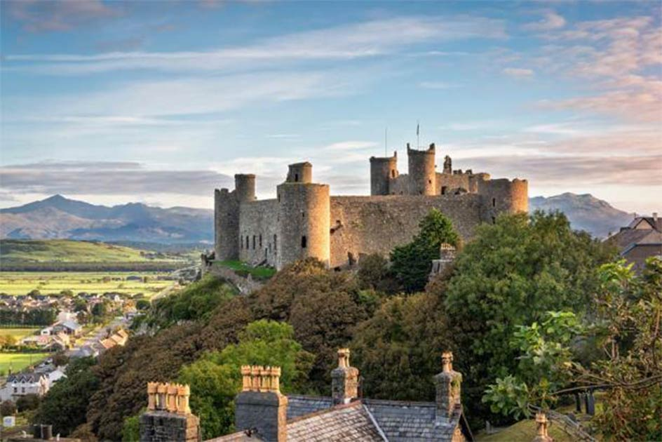 Designed by James of Saint George, Edward I built the Iron Ring of mighty castles to crush Welsh resistance, including Harlech Castle, on the left (valeryegorov / Adobe Stock), and Conwy Castle, on the right (Richard Hoare/ CC BY-SA 2.0).