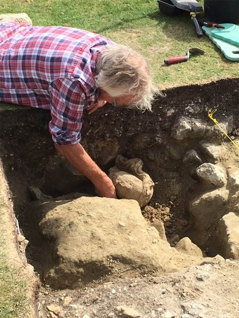 Finder Julian Richards excavating the head. (Shaftesbury Abbey Museum & Gardens)