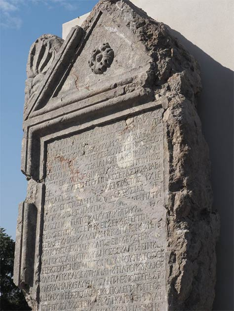 The reconstructed stele and the Roman inscription on it that tells of bribery and political lies. (Regional Museum of History-Veliko Tarnovo)