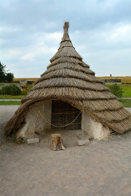 Reconstruction of one of the Neolithic houses previously discovered at Durrington Walls.( CC 4.0)