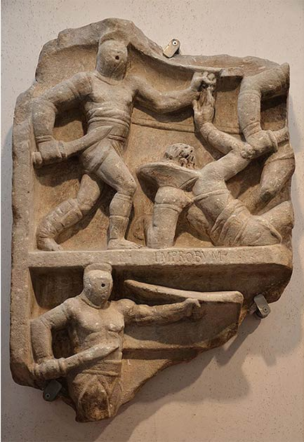 Roman relief showing gladiators fighting. In the top image a standing secutor fights a retirarius lying on the ground, while below another secutor is in action. (Following Hadrian / CC BY-SA 2.0)