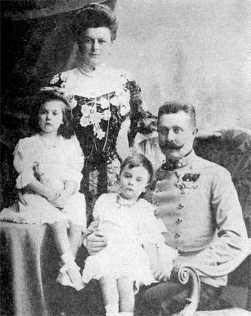 Family portrait photo of Franz Ferdinand and Sophie Chotek with their daughters taken in 1908. (Atelier Adele / Public domain)