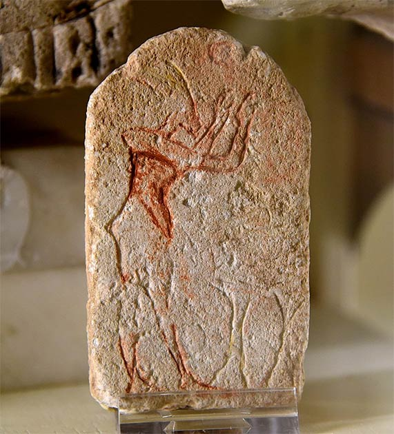 """A """"mini"""" stela from Amarna, incomplete, showing Akhenaten making an offering before two incense stands. Now in the Petrie Museum of Egyptian Archaeology, London. Note the similar shape to the classic Ten Commandments. (Osama Shukir Muhammed Amin FRCP(Glasg) / CC BY-SA 4.0)"""