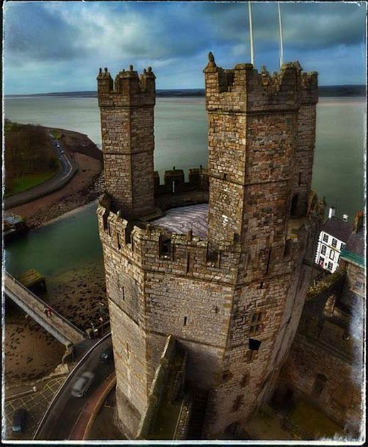 Left: The history of Caernarfon Castle provides insight into Wales' turbulent past. (Saolcha / CC BY-SA 3.0). Right: Caernarfon Castle fell into disrepair until the 1870s, when funds were provided to repair the castle. (National Library of Wales / CC0)