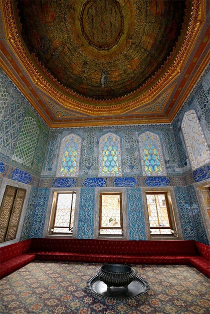 Crown Prince apartment with original ceiling in the Topkapi Palace Harem Istanbul, Turkey. (Reimar/Adobe Stock)