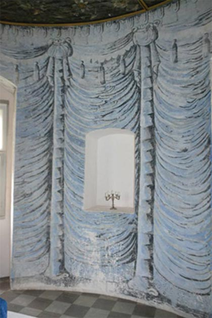 Painted draped curtains in the blue chamber. (Author provided)