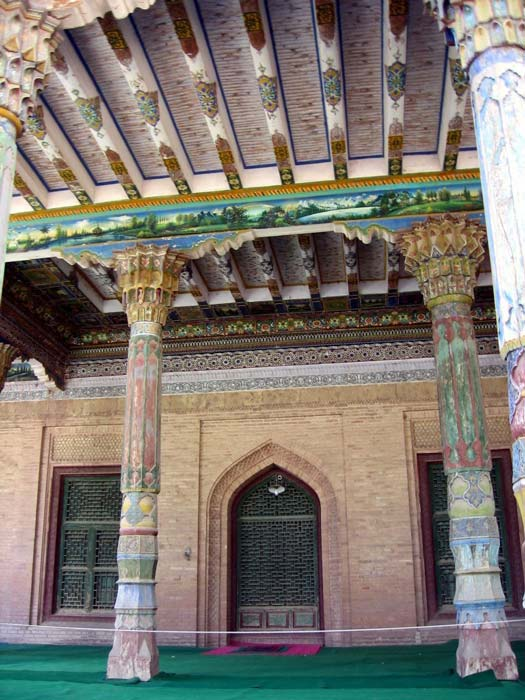An interior photo of the Afaq Khoja Mausoleum showing both wooden pillars and beams colorfully decorated. (Colegota / CC BY-SA 2.5 ES)