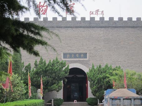 Entrance to the museum displaying the tomb of Duke Jing of Qi and his horses