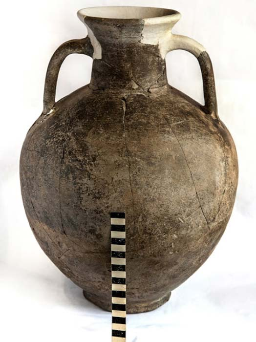 Ornaments and amphora found at the site where the sword was found. (Mamai Gora / Facebook)