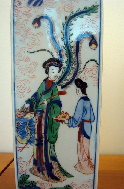 A Qing Dynasty porcelain depicting Xiwangmu, the Queen Mother of the West, and her attendant holding peaches. (Vassil / Public domain)