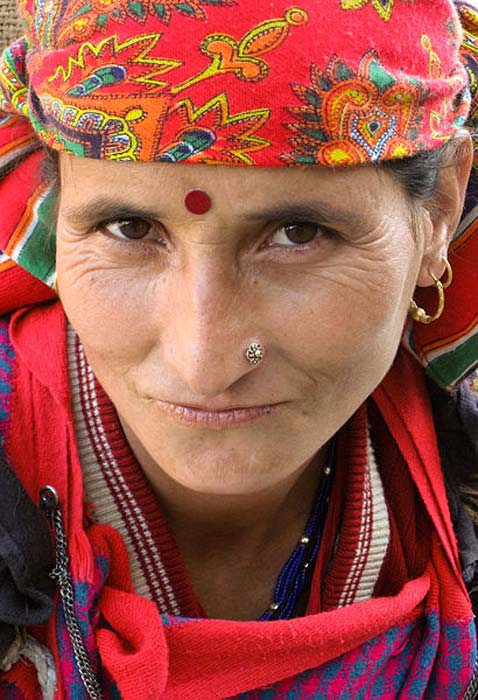 A Hindu woman wearing a red bindi.