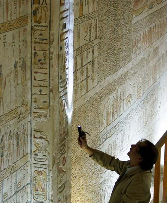Prof. Adam Łukaszewicz during research in the tomb of Ramesses VI. Photo by K. Braulińska