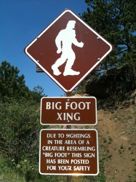 A sign warning of Bigfoot sightings. (Gnashes30 / CC BY-SA 3.0)