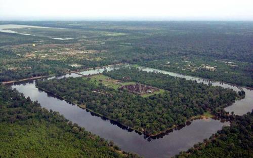 Aerial view of Angkor Wat. (CC BY-SA 2.5)