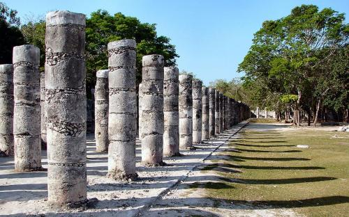 Columns in the Temple of a Thousand Warriors. (CC BY-SA 3.0)
