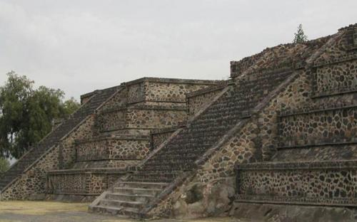 Platform along the Avenue of the Dead showing the talud-tablero architectural style. (CC BY-SA 2.0)